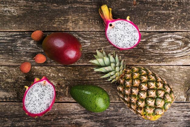 Frutti tropicali di estate sulla tavola di legno. frutto di ananas, mango, avocado, litchi e drago.