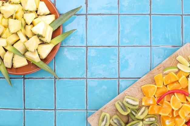 Frutti tropicali freschi serviti per il fondo della prima colazione