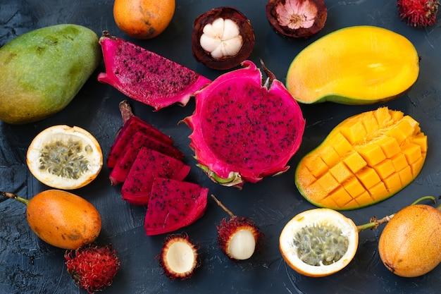 Frutti tropicali: frutti di drago, frutto della passione, mangostano, rambutan e mango si trovano