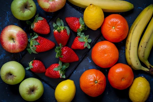 Frutti vari con sfondo scuro