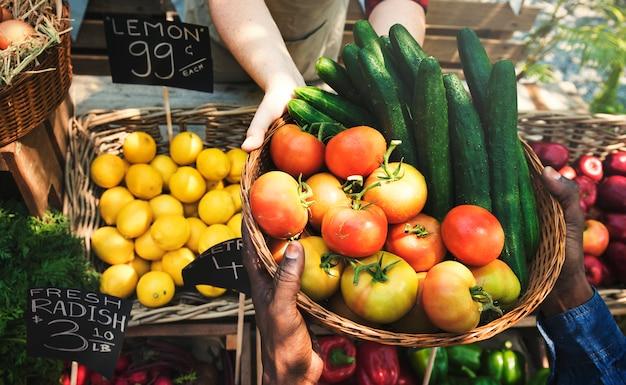 Fruttivendolo che vende prodotti agricoli freschi biologici