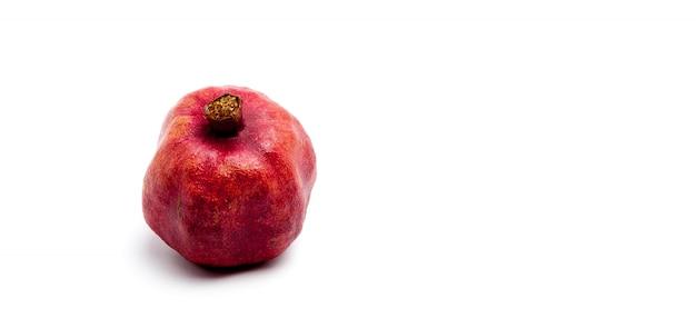 Frutto del melograno isolato su uno sfondo bianco
