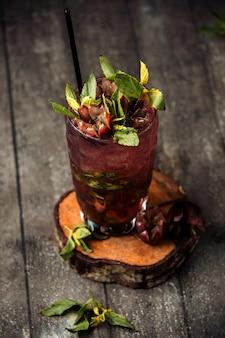 Frutto della passione cocktail con ghiaccio