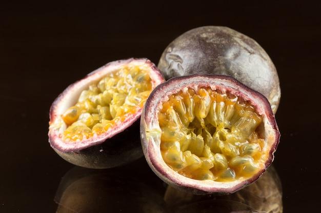 Frutto della passione giallo su fondo di legno