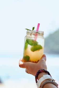 Frutto della passione menta mojito cocktail in mano della donna