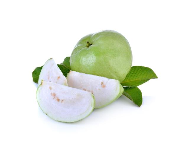 Frutto guava fresco sulla parete bianca