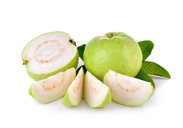 Frutto guava fresco sulla parete in legno