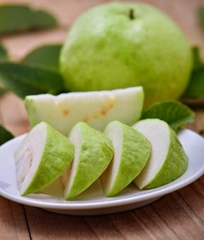 Frutto guava fresco sulla tavola di legno