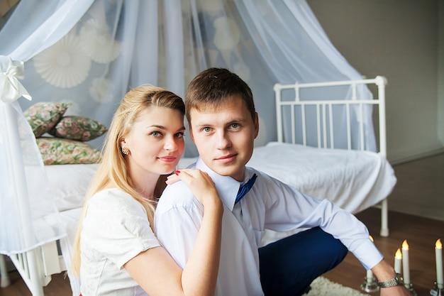 Fucilazione felice e bella di una giovane coppia in uno studio fotografico