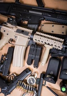 Fucile d'assalto, pistola, coltello con fodero, bussola