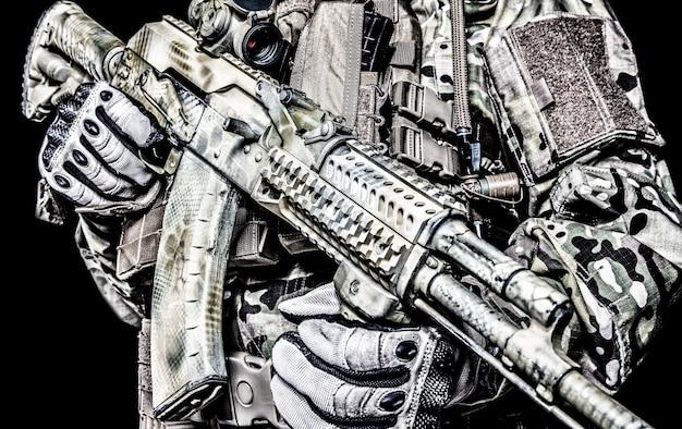 Fucile di assalto di kalashnikov su sfondo bianco
