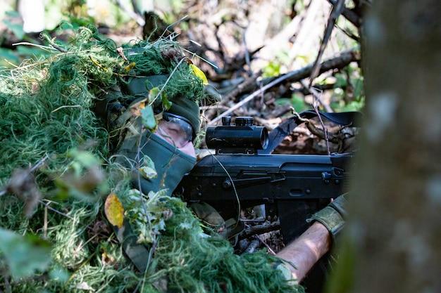 Fucile sssault con silenziatore nella natura