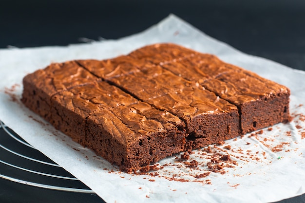 Fudge biologico fatto in casa e brownies croccanti su teglia da forno