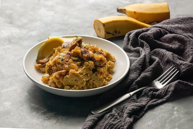 Fufu de platano verde maduro, tacaho, mofongo, platano bollito schiacciato con carne di maiale, cipolla. puerto rico. cucina amazzonica, perù, cuba