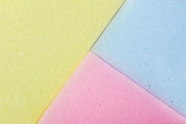 Full frame di giallo; spugna blu e rosa