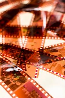 Full frame di strisce negative trasparenti su sfondo bianco