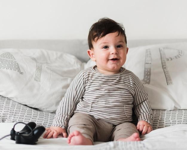 Full shot bambino a letto con controller
