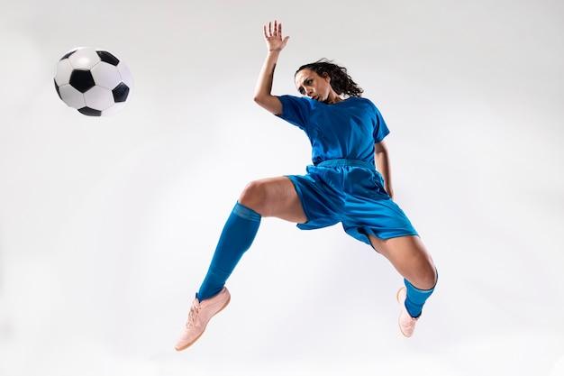 Full shot donna in abiti sportivi
