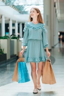 Full shot felice cliente presso il centro commerciale