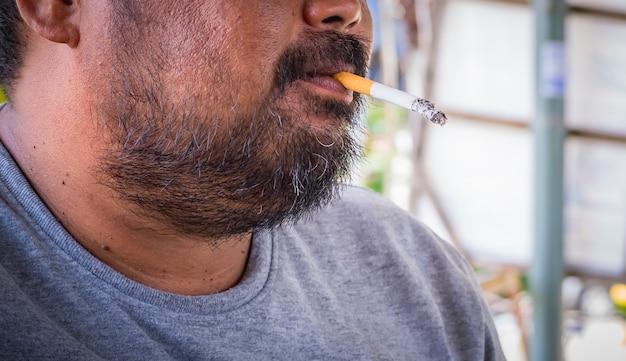 Fumare sigarette in mano