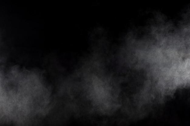 Fumo astratto su sfondo nero. nuvola di fumo bianca