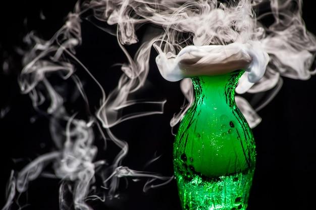 Fumo bianco esce da un vaso verde