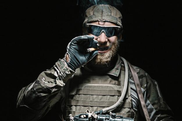 Fumo del soldato dell'esercito americano