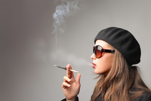 Fumo della giovane donna