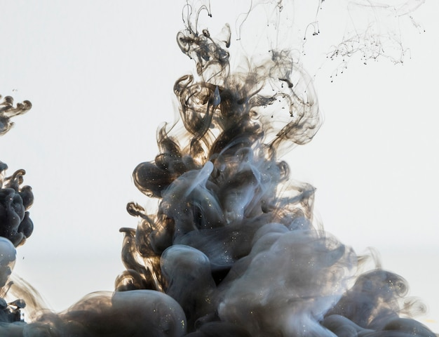Fumo di fumo grigio denso che scorre