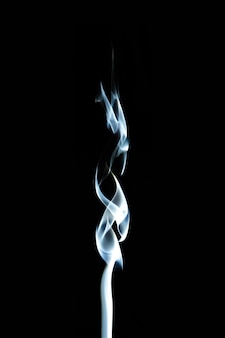 Fumo di incenso su uno sfondo nero.