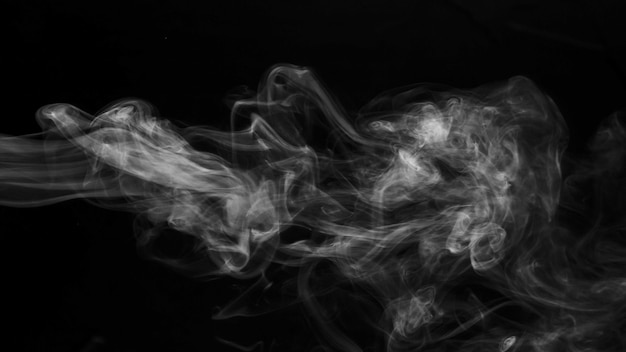 Fumo di vapore realistico su sfondo nero