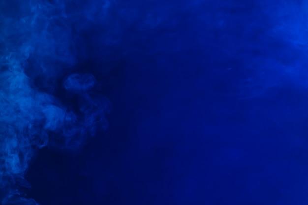 Fumo diffondendo su sfondo blu