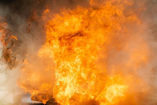 Fumo e fiamme accese con olio combustibile