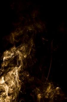 Fumo luminoso su sfondo nero con spazio di copia
