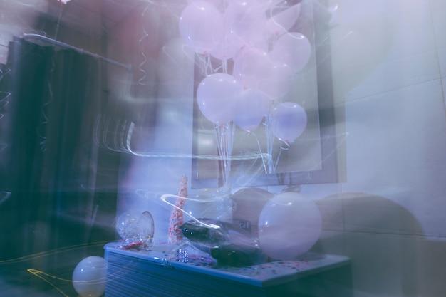 Fumo nella stanza della festa di compleanno pasticcio con palloncino e coriandoli
