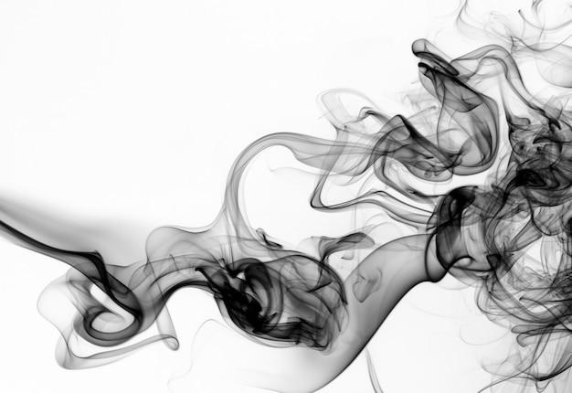 Fumo nero su sfondo bianco. progettazione del fuoco