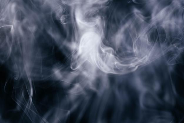 Fumo ondulato bianco su sfondo nero