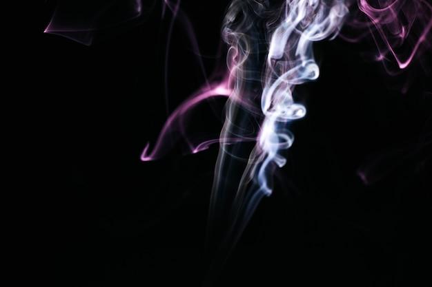 Fumo ondulato su sfondo nero