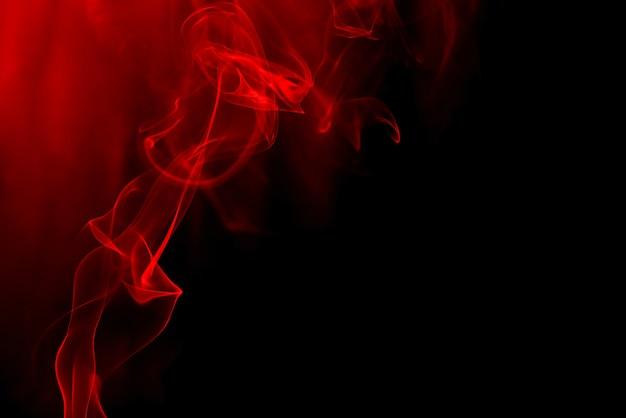Fumo rosso su sfondo nero