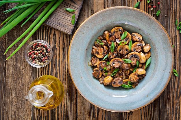 Funghi al forno con salsa di soia ed erbe aromatiche. cibo vegano. vista dall'alto