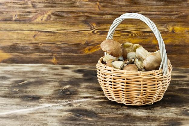 Funghi bianchi in un cestino di vimini
