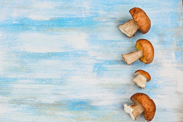 Funghi bianchi sulla tavola di legno
