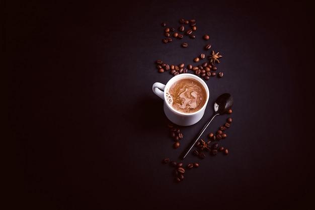 Funghi chaga coffee superfood funghi e chicchi di caffè alla moda e asciutti su fondo scuro con la menta.