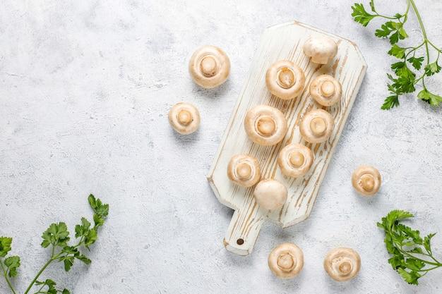 Funghi champignon bianchi organici freschi, vista dall'alto