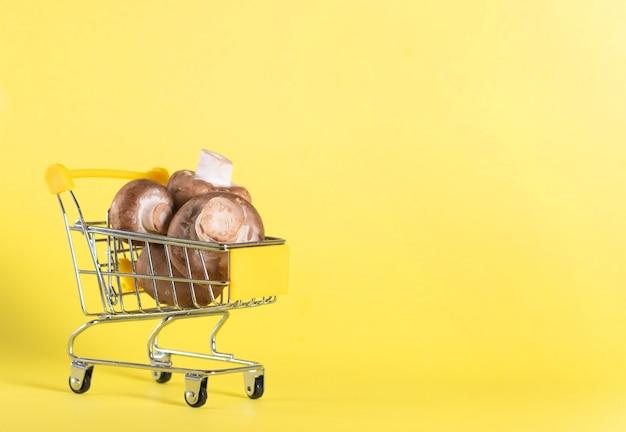 Funghi champignon marroni nel carrello della spesa