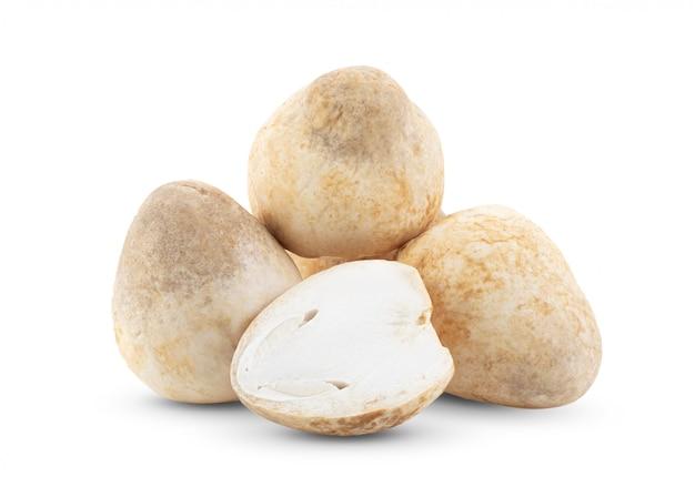 Funghi di paglia sulla tavola bianca.