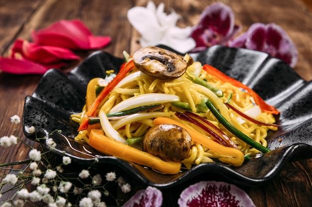 Funghi e verdure udon wok noodles