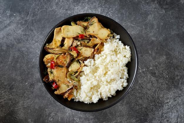 Funghi ostrica fritti con peperoncino, aglio e salsa di soia con riso bollito