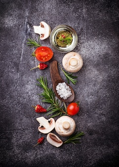 Funghi, pomodori, rosmarino, sale e olio. sfondo di cibo