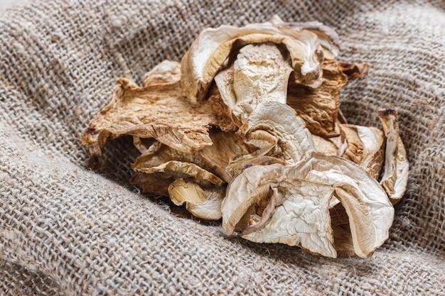 Funghi porcini secchi su tela di sacco.